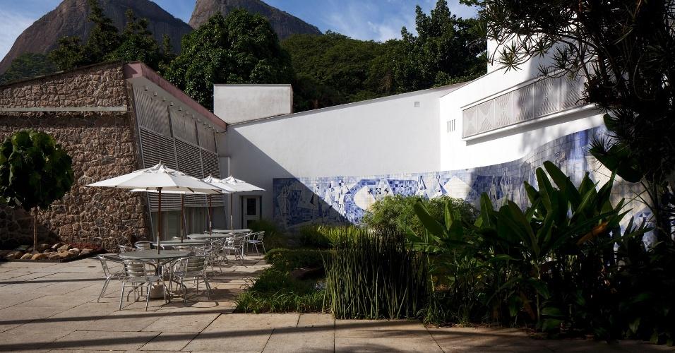 a-burle-marx-cia-fez-supervisao-do-projeto-de-restauro-do-painel-ceramico-da-residencia-walter-moreira-salles-na-gavea-rio-de-janeiro-o-painel-de-8750m-2500m-x-350m-tem-1430767054419_956x500